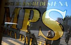 Le plongeon en Bourse des banques italiennes depuis plusieurs mois témoigne des problèmes de fond du secteur bancaire en Italie, qui fragilisent le système financier de la troisième puissance économique de la zone euro, au risque de contaminer d'autres pays de l'Union européenne (UE). Les déboires du secteur bancaire pourraient entraîner l'Italie dans une nouvelle récession et, dans le pire des cas, provoquer une crise à la grecque que l'Europe aurait toutes les peines du monde à maîtriser. /Photo d'archives/REUTERS/Max Rossi