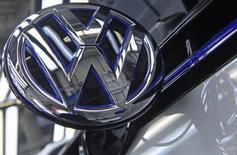 Volkswagen et LG Electronics s'allient en vue de développer au cours des prochaines années une plate-forme de voiture connectée permettant de communiquer avec des appareils situés à l'extérieur du véhicule. /Photo d'archives/REUTERS/Fabian Bimmer
