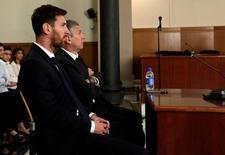 """Лионель и Хорхе Месси в зале суда в Барселоне. 2 июня 2016 года. Суд признал лидера испанской """"Барселоны"""" Лионеля Месси виновным в неуплате налогов и приговорил к 21 месяцу тюрьмы, говорится в заявлении суда Барселоны. REUTERS/Alberto Estevez/POOL"""