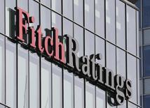 """El logo de Fitch Ratings en sus oficinas en el distrito financiero de Canary Wharf, en Londres, Gran Bretaña. 3 de marzo de 2016. América Latina entró en un período de expansión contenida debido a un comercio global mustio, la desaceleración en China, los menores precios de las materias primas y bajos niveles de inversión en la región, dijo Fitch Ratings en la última publicación de su documento """"Risk Radar"""". REUTERS/Reinhard Krause"""