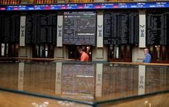 """El Ibex-35 cerró el miércoles perdiendo casi un dos por ciento y el soporte de los 8.000 puntos, arrastrado por una nueva depreciación de la libra, al persistir la incertidumbre por el impacto del """"brexit"""" y los problemas de la banca italiana. En la imagen, paneles electrónicos en la Bolsa de Madrid, el 24 de junio de 2016.  REUTERS/Andrea Comas"""