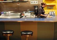 Imagen de archivo de una mesera en un restaurante AS220 en Providence, EEUU, nov 17, 2009. La actividad del sector servicios en Estados Unidos tocó en junio un máximo en siete meses, al registrar un incremento de nuevos pedidos y compañías que contrataron a más empleados, lo que sugiere que la economía recobró vigor durante el segundo trimestre.    REUTERS/Brian Snyder