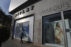 """Una mujer camina cerca de una tienda Ripley, en el distrito comercial de San Isidro, en Lima. 16 de octubre de 2014. La oferta de la mexicana Liverpool por la minorista chilena Ripley Corp es """"atractiva"""" y probablemente los accionistas minoritarios aceptarán vender, dadas las dificultades que ha enfrentado recientemente la empresa, dijeron analistas el miércoles. REUTERS/Enrique Castro-Mendivil"""