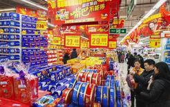 Los precios mundiales de los alimentos aumentaron por quinto mes consecutivo en junio, liderados por un alza en el valor del azúcar e ganancias en la mayoría de los productos alimenticios, dijo el jueves la Organización de Naciones Unidas para la Agricultura y la Alimentación. En la imagen, varios consumidores realizan sus compras en un supermercado de Lianyungang, provincia de Jiangsu, el pasado 9 de febrero de 2015. REUTERS/Stringer