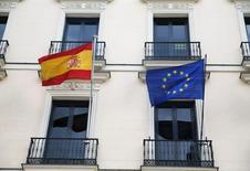 La Comisión Europea emitirá a las 1400 GMT del jueves su decisión sobre los déficit presupuestarios excesivos registrados por España y Portugal el pasado año y sobre si éstas cumplieron con las normas fiscales del bloque. En la imagen, una bandera española y otra europea ondean en un edificio oficial en Madrid, el 18 de mayo de 2016. REUTERS/Juan Medina