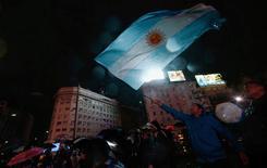 Torcedor com bandeira argentina visto em Buenos Aires.   02/07/2016      REUTERS/Marcos Brindicci