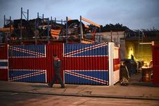Un hombre camina junto a un depósito de chatarra al este de Londres, el 25 de enero de 2013. La producción industrial británica se expandió a su ritmo más rápido en seis años durante los tres meses hasta mayo, lo que sugiere que el sector se encaminaba a contribuir al crecimiento económico antes de la decisión de Reino Unido de abandonar la Unión Europea. REUTERS/Paul Hackett