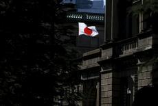 Una bandera japonesa ondea en el edificio del Banco de Japón, en Tokio. 15 de marzo de 2016. El Banco de Japón rebajó su proyección económica para dos de las nueve regiones del país y afirmó que la turbulencia generada en los mercados por la decisión de Reino Unido de salir de la Unión Europea podría afectar a la confianza del consumidor. REUTERS/Toru Hanai