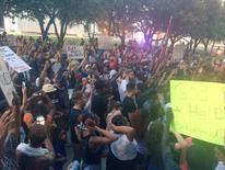 Участники акции протеста в Далласе. 7 июля 2016 года. Четверо полицейских погибли, семеро получили ранения от огня снайперов в ходе акции протеста в Далласе после убийства двух чернокожих мужчин стражами порядка на этой неделе. Dallas Police Department/Handout via REUTERS