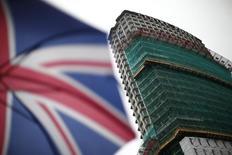 """L'immobilier d'entreprises britannique a fait les unes de la presse internationale cette semaine, victime d'un mouvement de panique à la suite du vote des Britanniques en faveur d'une sortie de l'Union européenne (UE), scrutin qui a poussé les gérants à """"geler"""" plus de 20 milliards de dollars (18 milliards d'euros) dans leurs fonds. /Photo d'archives/REUTERS/Andrew Winning"""