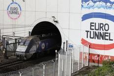 Eurotunnel fait savoir vendredi qu'il continue de prévoir une augmentation du trafic de camions et de voitures dans le tunnel sous la Manche malgré le vote des Britanniques en faveur de la sortie de la Grande-Bretagne de l'Union européenne. L'opérateur du tunnel confirme son objectif d'atteindre un trafic de camions de 2,0 millions par an à l'horizon 2020. /Photo d'archives/REUTERS/Pascal Rossignol