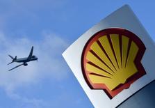 Un avión pasa por encima de un logo de Shell en una de sus gasolineras, en Londres, Inglaterra. 29 de enero de 2015. El presidente ejecutivo de Royal Dutch Shell, Ben van Beurden, dijo a inversores que la decisión de los británicos de dejar la Unión Europea podría frenar el plan de venta de activos de la empresa por 30.000 millones de dólares, especialmente en el Mar del Norte.REUTERS/Toby Melville/Files