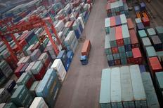 Un camión avanza entre contenedores en la terminal del puerto de Incheon, en Corea del Sur. 26 de mayo de 2016. La Organización Mundial de Comercio proyecta un flojo crecimiento en el comercio mundial durante el tercer trimestre de 2016, según un nuevo indicador trimestral desarrollado por la entidad y divulgado el viernes. La Organización Mundial de Comercio proyecta un flojo crecimiento en el comercio mundial durante el tercer trimestre de 2016, según un nuevo indicador trimestral desarrollado por la entidad y divulgado el viernes. REUTERS/Kim Hong-Ji