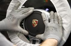 Porsche veut maintenir une marge bénéficiaire à deux chiffres au cours des années à venir grâce à des gains de productivité tout en augmentant ses investissements dans son premier modèle entièrement électrique. /Photo d'archives/REUTERS/Michaela Rehle
