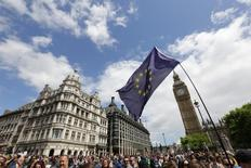 El gobierno británico ha rechazado una petición firmada por 4,1 millones de personas a través de Internet para celebrar un nuevo referéndum sobre la salida de Reino Unido de la Unión Europea. En la imagen, manifestantes caminan hacia la Plaza del Parlamento durante una manifestación a favor de la UE, en Londres, Reino Unido, el 2 de julio de 2016. REUTERS/Paul Hackett