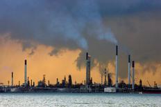 НПЗ на побережье Сингапура. Нефть подешевела в понедельник на фоне признаков того, что американские нефтедобывающие компании приспособились к низким ценам, а также из-за новых факторов слабости азиатской экономики.  REUTERS/Vivek Prakash/File Photo