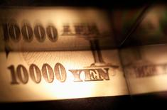 Банкнота в 10.000 иен. Надёжная иена упала в понедельник из-за увеличения аппетита к риску после подъема на Токийской бирже, однако трейдеры отметили, что рост доллара будет ограничен дольше из-за ожиданий, что ФРС будет осторожна в принятии решений о росте ставок. REUTERS/Shohei Miyano/Illustration/File Photo