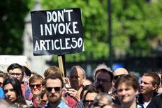 Демонстранты на уличной акции в поддержку членства в Евросоюзе. Лондон, 2 июля 2016 года. Референдум о выходе Великобритании из Евросоюза носил рекомендательный характер, поэтому окончательное решение должен принимать парламент, говорится в письме тысячи с лишним видных британских адвокатов премьер-министру Дэвиду Кэмерону. REUTERS/Paul Hackett