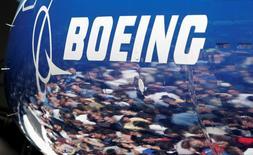 Boeing estime que les compagnies aériennes auront besoin de 39.620 nouveaux avions au cours des 20 prochaines années, ce qui représente un marché potentiel de 5.900 milliards de dollars (5.350 milliards d'euros), une prévision revue en hausse de  4,1% par rapport à l'an dernier.  /Photo d'archives/REUTERS/Robert Sorbo