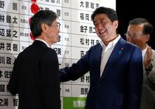 El primer ministro japonés Shinzo Abe ordenó una nueva ronda de estímulos de gasto fiscal después de conseguir una rotunda victoria electoral en el fin de semana, mientras el sector corporativo sufre por la débil demanda.  En la imagen, el primer ministro de Japón Shinzo Abe, con un miembro de su partido en la sede de su partido en Tokio, Japón, el 10 de julio de 2016.  REUTERS/Toru Hanai