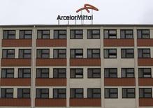 Vers 12h30, ArcelorMittal prend 5,28%, plus forte hausse du SBF 120 et bénéficie, comme l'ensemble des sidérurgistes européens, des discussions entre Thyssenkrupp et Tata Steel sur une possible consolidation du secteur en Europe. /Photo d'archives/REUTERS/David W Cerny