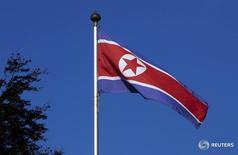 """Северокорейский флаг над зданием Постоянной миссии Северной Кореи в Женеве.  Северокорейские военные сообщили в понедельник, что дадут """"физический ответ"""" на решение Вашингтона и Сеула разместить модернизированный противоракетный комплекс THAAD на Корейском полуострове. REUTERS/Denis Balibouse/File Photo"""