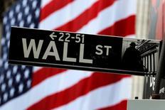 La Bourse de New York a ouvert en hausse lundi, le S&P 500 établissant dans les premiers échanges un nouveau record. Le Dow Jones gagne 0,24%, à 18.190,09. Le Standard & Poor's 500, qui a ouvert en hausse de 0,22% à 2.134,65 points, a rapidement accéléré pour dépasser son précédent plus haut historique de 2.134,72 points, atteint en séance le 20 mai 2015. /Photo prise le 5 juillet 2016/REUTERS/Lucas Jackson