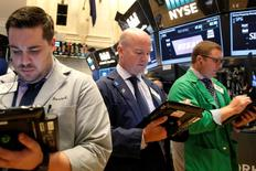 Operadores trabajando en la Bolsa de Nueva York, Estados Unidos. 11 de julio de 2016. Los rendimientos de los bonos del Tesoro de Estados Unidos subían el lunes después de que Japón anunció una nueva ronda de estímulos, lo que impulsaba a activos de mayor riesgo, incluyendo a las acciones, y reducía la demanda por bonos estadounidenses de refugio. REUTERS/Brendan McDermid