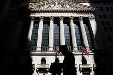Прохожий у здания фондовой биржи в Нью-Йорке. 11 июля 2016 года. Индекс S&P 500 добрался до исторического максимума в понедельник благодаря оптимистичным экономическим данным и низкой доходности облигаций, которые сохранили привлекательность вложений в американские акции. REUTERS/Brendan McDermid