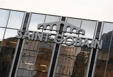 Saint-Gobain, qui a annoncé l'acquisition de plusieurs activités en Slovénie, en Albanie et au Brésil, à suivre mardi à la Bourse de Paris. /Photo prise le 2 mars 2016/REUTERS/Jacky Naegelen