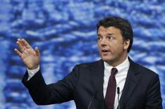 La economía italiana crecerá menos de un uno por ciento este año y sólo marginalmente más rápido en 2017, dijo el martes el Fondo Monetario Internacional (FMI), recortando su previsión anterior como consecuencia de la decisión británica de abandonar la Unión Europea. En la imagen, el primer ministro italiano  Matteo Renzi durante una sesión del Foro Económico Internacional de San Petersburgo (SPIEF 2016) en Rusia, el 17 de junio de 2016.   REUTERS/Grigory Dukor