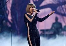"Taylor Swift performs ""Out of the Woods"" at the 58th Grammy Awards in Los Angeles, California February 15, 2016.  REUTERS/Mario Anzuoni"