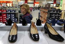 Una mujer mira zapatos en una tienda en Roma, Italia. 10 de abril de 2016. La economía italiana crecerá menos de un 1 por ciento este año y sólo marginalmente más en el 2017, dijo el martes el Fondo Monetario Internacional (FMI), recortando su previsión anterior como resultado de la decisión británica de abandonar la Unión Europea. REUTERS/Max Rossi/File Photo