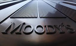 El logo de Moody's en sus oficinas en Nueva York, 2 de agosto de 2011. La agencia de calificación crediticia Moody's dijo el martes que la salida del Reino Unido de la Unión Europea tendrá en líneas generales un impacto menor en los países del bloque, aunque podría representar desafíos para aquellos que tienen una exposición mayor en sectores como el financiero o el turístico.  REUTERS/Mike Segar