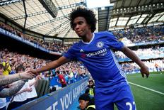 Willian é cumprimentado durante jogo do Chelsea contra o Leicester City.  15/5/16. Reuters/Eddie Keogh