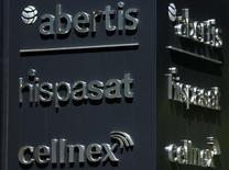 El grupo francés de satélites Eutelsat anunció el martes que ha lanzado el proceso para ejercer una opción de venta sobre su participación del 33,69 por ciento en Hispasat a Abertis, un instrumento que sin embargo el grupo español no reconoce como válido. Imagen del logo de Abertis, de Hispasat (en el centro ) y de la filial de Abertis, Cellnex (abajo) en las afueras de su sede en Madird, el 1 de junio de 2016. REUTERS/Sergio Perez
