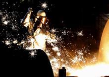 La producción industrial de la zona euro cayó más de lo esperado en mayo, lastrada principalmente por la brusca caída de la producción energética, dijo el miércoles la oficina de estadística de la Unión Europea, sugiriendo que la economía del bloque estaba perdiendo impulso tras el fuerte dato de abril. Imagen de archivo de un trabajador junto a un horno de la mayor acerera en Europa del  grupo siderúrgico alemán ThyssenKrupp AG, en Duisburgo, el 6 de diciembre de 2012. REUTERS/Ina Fassbender