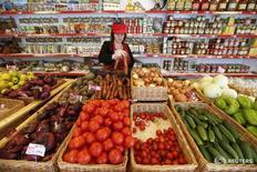 Сотрудница в магазине Крымское подворье в Москве 25 января 2015 года. Потребительские цены в России с 5 по 11 июля 2016 года снизились на 0,1 процента, тогда как на предыдущей неделе подскочили сразу на 0,4 процента из-за индексации тарифов ЖКХ, сообщил Росстат. REUTERS/Maxim Zmeyev