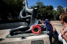 Velejador Shahar Tzuberi, que vai representar Israel na Rio 2016, deposita coroa de flores no monumento do memorial aos 11 israelenses mortos por atiradores palestinos durante os Jogos de Munique de 1972. 13/07/2016. REUTERS/Amir Cohen