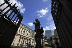 Pedestrians walk past the Bank of England in the City of London, Britain June 28, 2016.  REUTERS/Paul Hackett