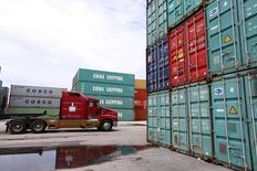 Un camión pasa en medio de contenedores de transporte de China Shippping en el puerto de Miami, Florida, Estados Unidos, 19 de mayo de 2016.  REUTERS/Carlo Allegri