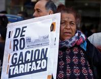 Una mujer sostiene un cartel durante una protesta por las alzas de los precios del gas y la electricidad en Buenos Aires. 12 de julio de 2016. Los precios minoristas de Argentina subieron un 3,1 por ciento en junio, más de lo esperado por analistas, según un reporte del miércoles el Instituto Nacional de Estadística y Censos (Indec). REUTERS/Enrique Marcarian