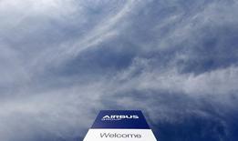 Contre la tendance, Airbus Group recule de 0,72% vers 12h20, plus forte baisse du CAC 40, alors que l'avionneur a cherché mercredi à rassurer les investisseurs après sa décision de réduire la production du superjumbo A380. Au même moment, l'indice phare de la Bourse de Paris avance de 1,19% à 4.386,9 points. /Photo d'archives/REUTERS/Michaela Rehle