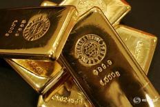 Слитки золота в магазине Ginza Tanaka в Токио 18 сентября 2008 года. Золото дешевеет в четверг на фоне укрепления доллара, роста фондовых рынков и неожиданного решения Банка Англии оставить ставки без изменений. REUTERS/Yuriko Nakao