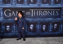"""Imagen de archivo del actor Peter Dinklage en el estreno de la sexta temporada de la serie de HBO """"Game of Thrones"""" en Los Ángeles, 10 de abril, 2016. Las series """"The People v. O.J. Simpson"""", que se adentra en las tensiones raciales del sistema de justicia estadounidense dos décadas antes del movimiento """"Black Lives Matter"""", y """"Game of Thrones"""" dominaron el jueves las nominaciones de los premios Emmy. REUTERS/Phil McCarten"""