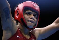 Adriana Araújo comemora durante luta em Londres-2012. 8/8/2012.    REUTERS/Damir Sagolj