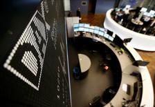 Les principales Bourses européennes ont ouvert en baisse vendredi, pénalisées entre autres par les valeurs du tourisme et du transport aérien après l'attentat de Nice et par celles du luxe après l'avertissement de Swatch Group sur ses résultats. /Photo d'archives/REUTERS/Kai Pfaffenbach