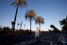 Les valeurs liées au tourisme et au transport sont en nette baisse vendredi matin à la Bourse de Paris, pénalisées par l'attentat au moyen d'un poids lourd qui a fait 84 morts à Nice, selon le dernier bilan fourni par le ministère français de l'Intérieur. /Photo prise le 15 juillet 2016/REUTERS/Eric Gaillard