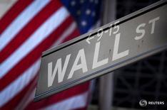 Los principales índices de Wall Street abrieron levemente al alza el viernes debido a que un dato de ventas minoristas de junio mejor de lo esperado contrarrestó resultados dispares de Citigroup y Wells Fargo. En la imagen, una señal de Wall Street delante de la Bolsa de Nueva York, EEUU, el 28 de octubre de 2013.  REUTERS/Carlo Allegri/File Photo
