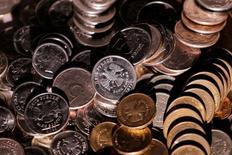 Рублевые монеты. 7 июня 2016 года. Рубль торговался на пятничной сессии в минусе из-за неспекулятивного спроса на значительно подешевевшую днем ранее валюту, при этом в ближайшее время курс будет по-прежнему зависеть от активности экспортеров, продающих валютную выручку под налоги и дивиденды, благодаря чему рубль и достиг накануне пиков текущего года. REUTERS/Maxim Zmeyev/Illustration
